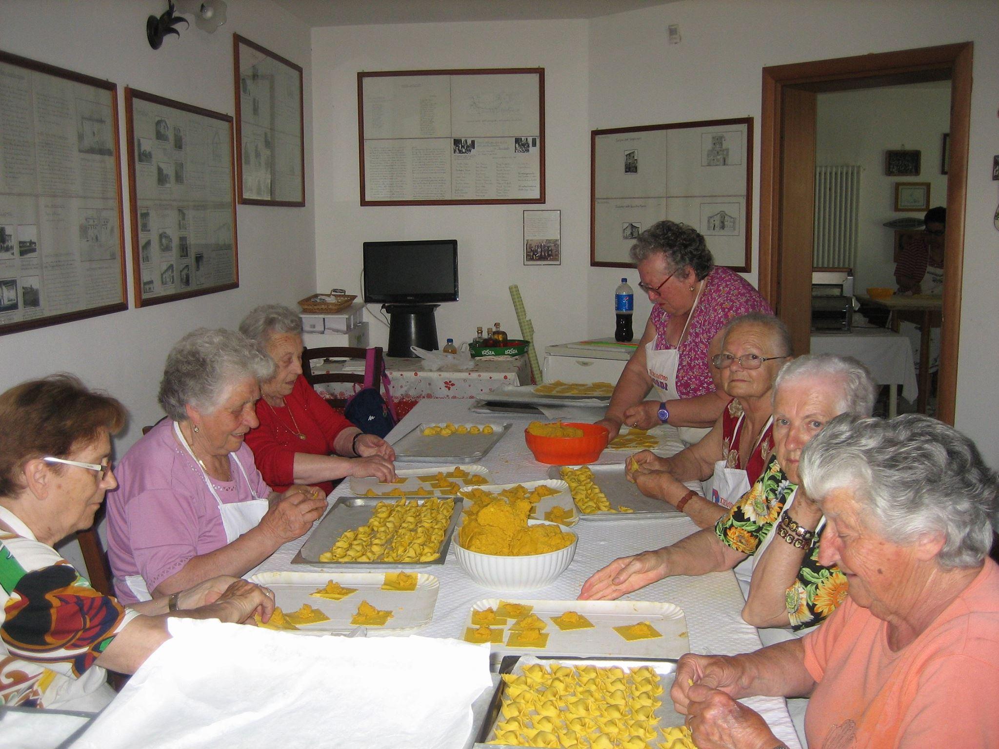 Le nostre arzdore infaticabili e bravissime: oggi le nostre nonne, li fanno come li facevano le loro nonne...